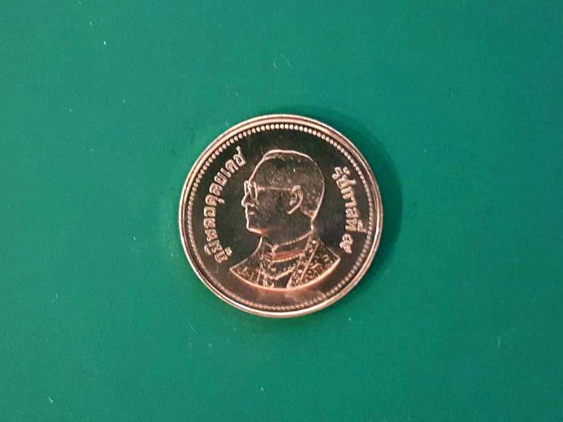 เหรียญ 2 บาท 2548 พระบาทสมเด็จพระปรมินทรมหา ภูมิพลอดุลยเดช ทรงผินพระพักตร์ทางเบื้องขวา ทรงฉลองพระองค์เครื่องแบบเต็มยศจอมทัพ